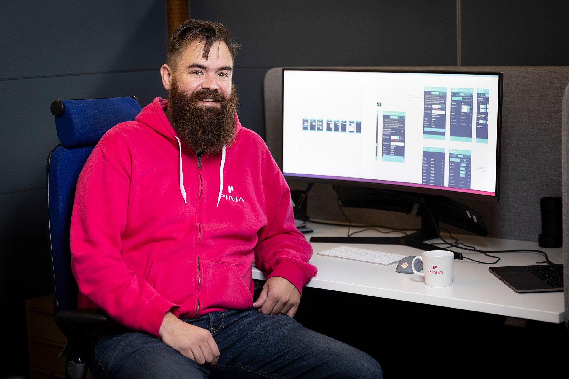 Mies istuu työpöydän ääressä