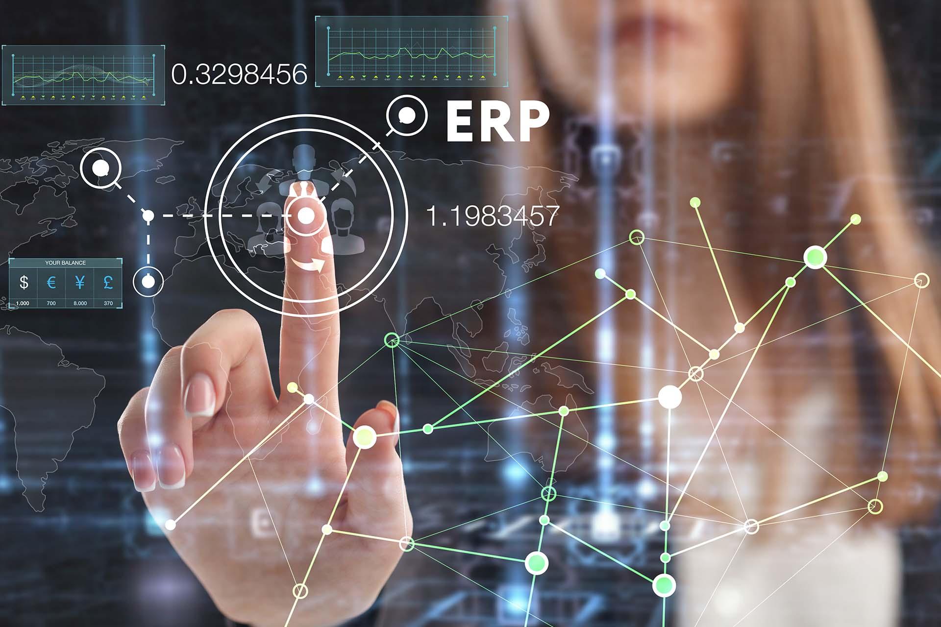 Nainen painamassa sormellaan etualalla olevaa hologrammia maailmanlaajuisista ERP tilastoista