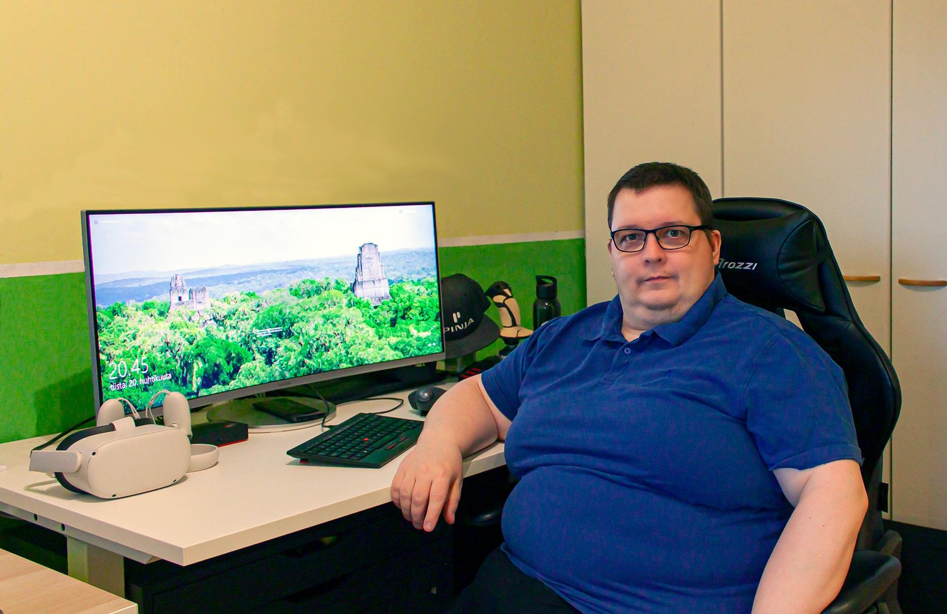 Henkilö istuu työpöydän ääressä